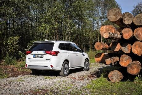 Kommt auch im Unterholz gut zurecht: der Mitsubishi Outlander Plug-in Hybrid. Foto: Mitsubishi