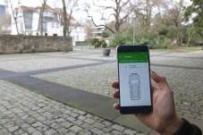 Türen, Licht und andere Funktionen des Fahrzeugs lassen sich mit dem Smartphone kontrollieren und steuern, auch wenn das Auto weit weg ist. © Skoda