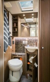 """Die vielen schönen und praktischen Details im Raumbad des B 704 SupremeLine erzeugen ein angenehmes Badezimmerflair. Dazu gehört auch das hochwertige Waschbecken aus luxuriösem """"Cool Glass"""". Foto: Hymer"""