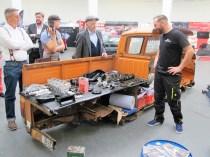 """Sven Dühring vom """"Altblechwerk"""" baute einen Motor vor Ort komplett auf."""