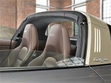"""Das Interieur basiert auf einem in hellbraunem Naturleder """"Espresso"""" eingerichteten Innenraum mit Kontrastnähten in Weißgold für das Oberteil der Schalttafel, die Türverkleidung, das GT-Sportlenkrad und die Sitze. Porsche 911 Targa 4 GTS Exclusive Edition. Foto: Auto-Medienportal.Net/Porsche"""