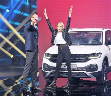 Ein Selfie gefällig: Ralf Brandstätter zusammen mit Cara Delevingne vor dem VW T-Cross. Foto: VW