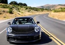 In Heißländern wie den Golfstaaten im Mittleren Osten oder im Death Valley in den USA müssen bei Temperaturen bis 50 Grad Celsius unter anderem die Klimatisierung, das Thermomanagement und das Verbrennungsverhalten im neuen Porsche 911 Funktionsprüfungen über sich ergehen lassen. Foto: Porsche
