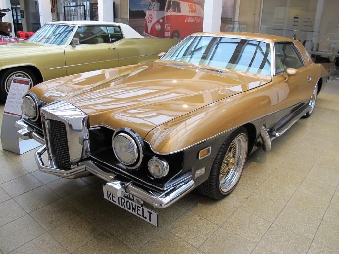 """Motorhaube und Kühlergrill weisen den Blackhawk von 1978 als """"echten Stutz"""" aus."""