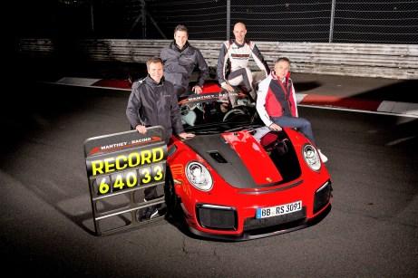 Porsche 911 GT2 RS MR, Nürburgring-Nordschleife (l-r): Martin Raeder, Nicolas Raeder (beide Geschäftsführer Manthey Racing), Lars Kern (Entwicklungsfahrer Porsche), Eugen Oberkamm (Leiter Motorsport Gesamtfahrzeugentwicklung). Foto: Gruppe C Photography