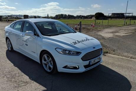Mit diesem Technologieträger hat Ford jetzt einen Verkehrsalltag ohne rote Ampeln demonstriert. © Ford