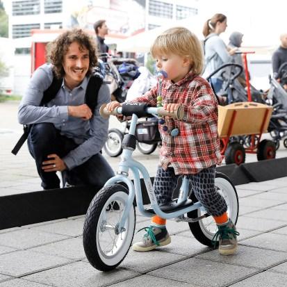 Schnuller im Mund, Laufrad unterm Hintern - so geht's los bei den Kleinen. Foto: Auto-Medienportal.Net/Messe Friedrichshafen