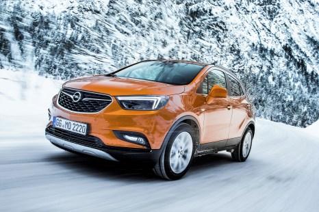 Abenteuer-Feeling pur verspricht die Mokka X Off-Road-Erlebnistour. Im allradgetriebenen Opel-SUV geht's im Konvoi unter Offroad-Bedingungen durch die winterliche Landschaft rund um Thomatal. Foto: Opel