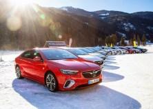 Für den sicheren Winterspaß hat Opel die passenden Fahrzeuge vor Ort: das Opel-Flaggschiff Insignia mit intelligentem Allradantrieb samt Torque Vectoring sowie den zweiten Opel-Allradler, den SUV-Bestseller Mokka X. Foto: Opel