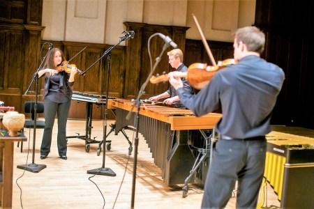 Adrienne Rönmark (Violine), Josef Becker (Percussion) und Eric Nowlin (Viola) vom Detroit Symphony Orchestra spielen die symphonischen Warntöne des Lincoln Aviator ein. Foto: Auto-Medienportal.Net/Lincoln