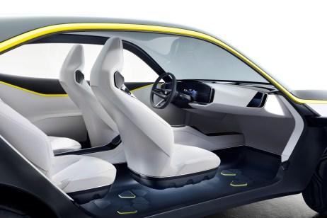 """Die Armaturentafel im Opel GT X Experimental wird als """"Pure Panel"""" bezeichnet, weil keinerlei Knöpfe und Schalter zu finden sind. Foto: Opel"""