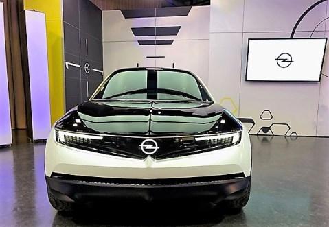 Das neue Opel-Gesicht. Das Visier (Vizor) des GT X spannt sich über die ganze Front. © Klaus H. Frank