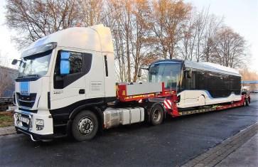 Für den Transport von Stadt zu Stadt wird der Elektro-Bus verladen