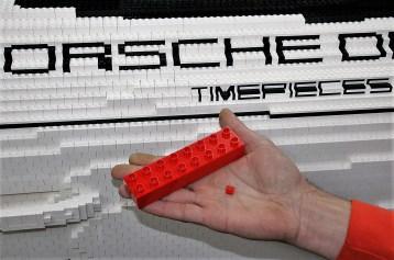 Eine besondere Herausforderung des schwarz-weiß-roten Porsche sind die Beschriftungen. Der größte und der kleinste verbaute Stein. Foto: Auto-Medienportal.Net/Axel F. Busse