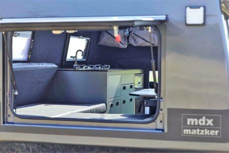 Der Einstieg in die im Heckbereich angeschrägte Kabine und damit zum Wohnbereich befindet sich seitlich hinter der Beifahrertür. Foto: Auto-Medienportal.Net/Matzker
