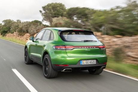 Heckansicht: Die breiteren Räder an der Hinterachse unterstreichen die Kraft des Antriebs. © Porsche