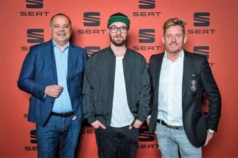 Seat-Deutschland-Geschäftsführer Bernhard Bauer (links) und Vertriebs- und Marketingvorstand Wayne Anthony Griffiths (rechts) mit Markenbotschafter Mark Forster. Foto: Seat