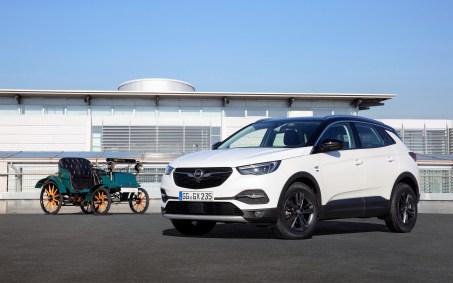 """Der umfangreich ausgestattete ist der Crossland X """"120 Jahre"""" bereits ab 21.650 Euro erhältlich. Foto: Opel"""