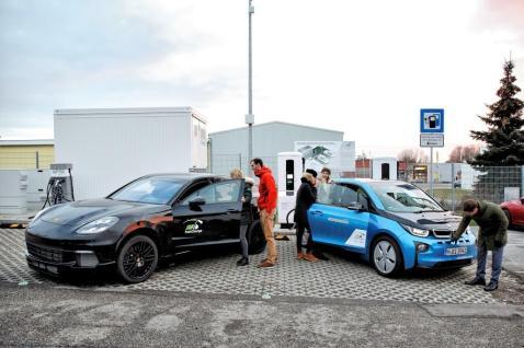 Die Zeitersparnis, die durch höhere Ladeleistungen erzielt werden kann, lässt sich am Beispiel des BMW i3 Forschungsfahrzeugs darstellen. Für einen Ladevorgang von 10-80 % SOC der Hochvoltbatterie mit 57 kWh Netto-Kapazität werden nur noch 15 Minuten benötigt. Foto: BMW