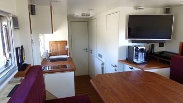 Die Küche mit Teakholz-Arbeitsplatte ist neben der Einstiegstür angeordnet und hat ein Induktions-Kochfeld sowie einen Backofen mit Dampfgarer. Foto: Auto-Medienportal.Net/Unicat