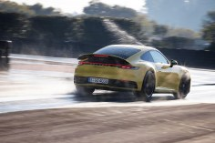 Erkennt das System eine nasse Fahrbahn, wird das Ansprechverhalten von Porsche Stability Management (PSM) und Porsche Traction Management (PTM) vorkonditioniert. Beide Systeme greifen dann früher und sensibler ein. Foto: Auto-Medienportal.Net/Porsche