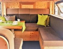Der Aufbau der Bumo Wohnbox soll ein angenehmes Raumklima und ein mit einer Berghütte vergleichbares Wohngefühl bieten. Dazu tragen auch die im Wohnbereich verbauten und individuell in Schreinerqualität gefertigten Möbel bei. Foto: Auto-Medienportal.Net/Bumo