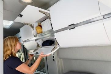 Die Hängeschränke im VW Grand California. © Volkswagen