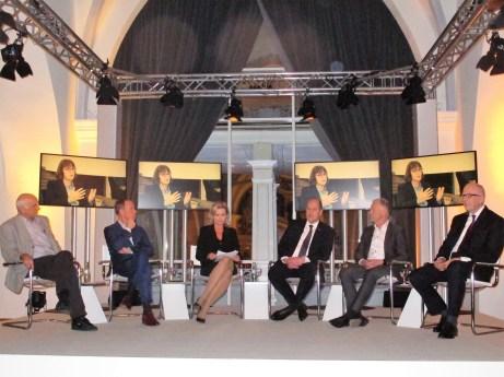 Die Diskussionsrunde hört Prof. Dr. Susanne Knorre