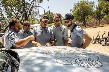 """""""Durch Dienste wie Google-Earth ist die Vorbereitung von Deutschland aus einfacher geworden"""", sagt Rogge (Mitte), der Chef der Expedition, """"aber erst vor Ort sieht man, was wirklich geht, und was nicht"""". Foto: Auto-Medienportal.Net/Land Rover/Craig Pusey"""