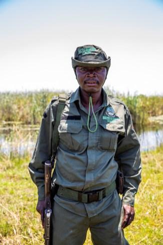 Im Sioma-Nationalpark begleiten zwei einheimische Ranger den Tross, doch auch ihre indischen Nachbauten von AK-47-Sturmgewehren helfen nicht, einen fahrbare Route für einen großen Konvoi zu finden. Foto: Auto-Medienportal.Net/Land Rover/Craig Pusey