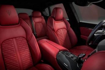 Im Innenraum erwartet Fahrer und Passagiere fein genarbtes Premium-Leder. Der gestickte Dreizack auf den Kopfstützen darf natürlich nicht fehlen. © Maserati