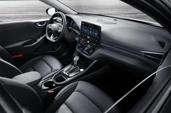 Der überarbeitete Ioniq verfügt mit dem 10,25-Zoll-Display des optionalen Navigationssystems über einen der größten Bildschirme in seiner Fahrzeugklasse. © Hyundai