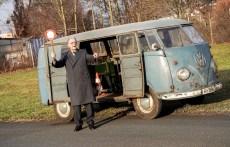 VW T1 Radarmesswagen (Baujahr 1953) und Ex-Polizeihauptwachtmeister Heinz Scholze (89), der vor rund 58 Jahren in dem Fahrzeug geschult worden ist. Foto: Auto-Medienportal.Net/Volkswagen
