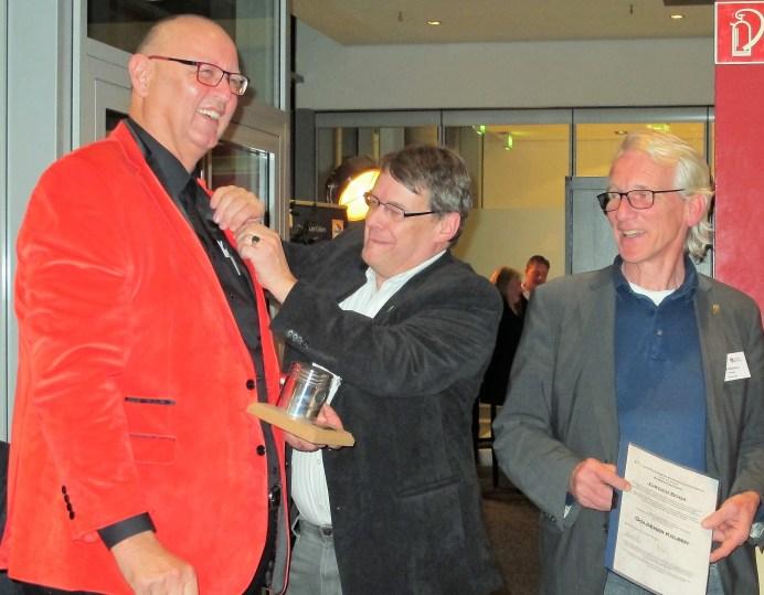 Lars Döhmann und Horst-Dieter Görg überreichen die Auszeichnung.