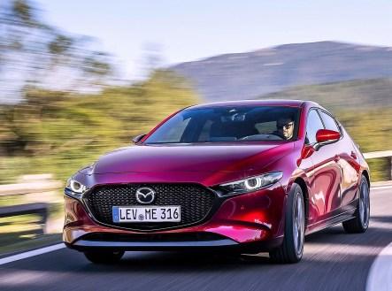Der Kühlergrill mit den Einfassungen in Matt-Chrom dominiert die Frontansicht. Dazu schlanke Voll-LED-Scheinwerfer, die serienmäßig sind. © Mazda
