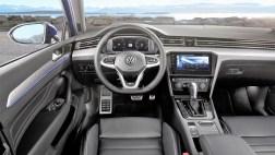 Im Interieur differenziert sich der Passat über neue Dekore und Stoffe, neu gestaltete Türverkleidungen, eine neue Trimfarbe, neue Instrumente und ein neues Lenkrad vom Vorgänger. Statt der Analoguhr in der Schalttafel findet sich dort nun ein edel hinterleuchteter Passat Schriftzug. © Volkswagen