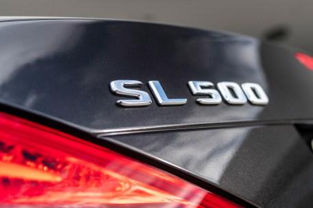 """Das Zeichen """"SL 500"""" bürgt dafür, dass unter der Motorhaube ein V8-Aggregat seinen Dienst verrichtet. © Daimler"""