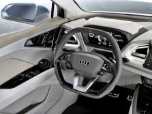 Hinter dem Lenkrad befindet sich das Display des Virtual Cockpit mit den wichtigsten Anzeigeelementen für Geschwindigkeit, Ladezustand und Navigation. Neu ist das großformatige Head-up-Display mit Augmented Reality-Funktion. Foto: Auto-Medienportal.Net/Audi