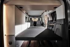Werden vier Schlafplätze benötigt, lässt sich die Schlafsitzbank im Fond in ein 114 mal 199 Zentimeter großes Bett umbauen. Foto: Auto-Medienportal.Net/Crosscamp/Hymer
