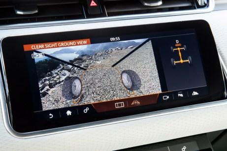 """Eine """"durchsichtige Motorhaube"""" sorgt für Durchblick auf die momentanen Fahrbahnverhältnisse. Besonders im Gelände kann das sehr hilfreich und beruhigend sein © Range Rover"""