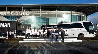 Die deutsche Fußball-Nationalmannschaft bekommt einen leistungsstarken Neuzugang: den 500 PS starken MAN Lion's Coach C. Bei der Schlüsselübergabe des neuen Mannschaftsbusses durften die Star-Kicker schon mal Probesitzen. © MAN