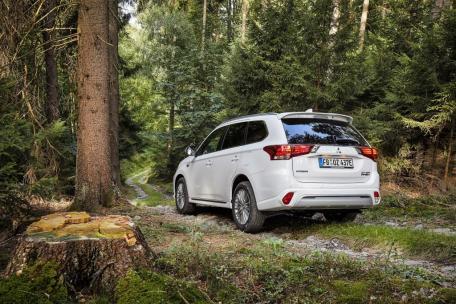 Die hervorragenden Verbrauchswerte führen dazu, dass der Outlander Plug-in Hybrid die Zulassung mit E–Kennzeichen besitzt, auch nach den verschärften Voraussetzungen, die seit September 2018 gelten. © Mitsubishi