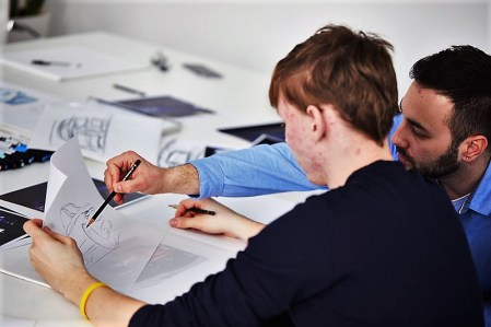 Mitarbeiter aus dem ŠKODA Design unterstützen die Auszubildenden bei deren ersten eigenen Skizzen und geben ihr Wissen an die Azubis weiter. © Skoda
