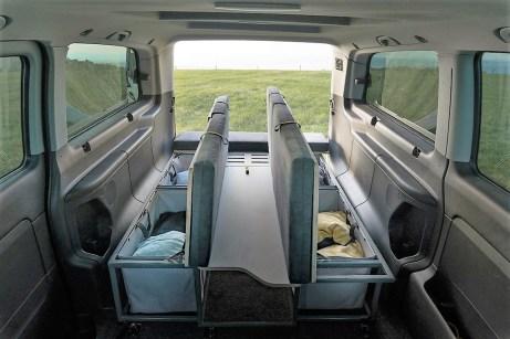 Bei hochgeklappter Sitzfläche sind die Stautaschen einfach zugänglich, etwa um Bekleidung oder Schlafsäcke zu verstauen. Foto: Auto-Medienportal.Net/Visu Sitka