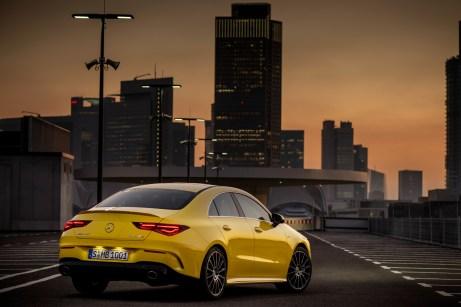 Von 0 auf 100 km/h beschleunigt der 2,0-Liter-Vierzylinder-Turbomotor in 4,9 Sekunden. © Daimler