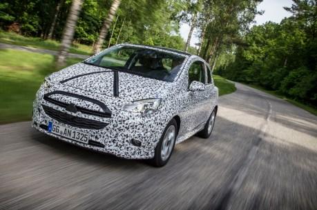 Aktuell fährt der neue Corsa noch verkleidet durch die Lande - doch bald fällt die Tarnung. © Opel