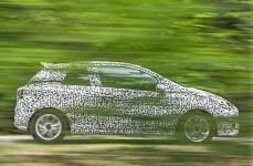 Ein Foto durch Büsche hindurch: Aber in der Seitenansicht lässt sich das Design des neuen Opel Corsa ziemlich gut erahnen. © Opel