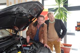 Moderieren und schrauben: Grip-Moderator (RTL2), Det Müller (links) und der Geschäftsführer von Banner Deutschland, Günter Helmchen, zeigen den Umgang mit modernen Batteriemanagement-Systemen. © Banner