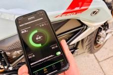 Eine App verbindet sich über Bluetooth mit dem Elektromotorrad, informiert den Fahrer über die wichtigsten Fahrzeugdaten und den Ladevorgang oder mithilfe von Google Maps über nahegelegene Ladestationen. © Ralf Schütze / mid