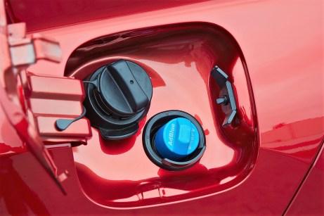 Der Einfüllstutzen für den Eclipse Cross Diesel mit AdBlue-Tank für die SCR-Abgasreinigung. © Mitsubishi